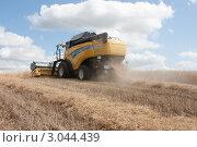 Купить «Уборка урожая зерновых культур», фото № 3044439, снято 3 августа 2011 г. (c) Михаил Рыбачек / Фотобанк Лори