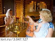 Купить «Прихожане зажигают свечи в церкви», фото № 3047127, снято 16 июля 2011 г. (c) Вячеслав Палес / Фотобанк Лори
