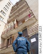 Купить «Сотрудник МЧС смотрит на верхние этажи дома», эксклюзивное фото № 3047223, снято 26 августа 2011 г. (c) Вячеслав Палес / Фотобанк Лори