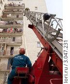 Купить «Пожарный поднимается по спасательной лестнице», фото № 3047231, снято 26 августа 2011 г. (c) Вячеслав Палес / Фотобанк Лори