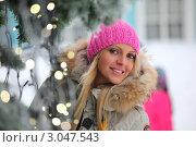 Весёлая девушка в зимней одежде у новогодней ёлки в парке. Стоковое фото, фотограф Иван Михайлов / Фотобанк Лори