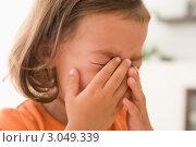 Девочка плачет, закрывает лицо руками. Стоковое фото, фотограф Monkey Business Images / Фотобанк Лори