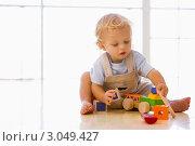 Купить «Малыш на полу играет с деревянным паровозом», фото № 3049427, снято 14 января 2007 г. (c) Monkey Business Images / Фотобанк Лори