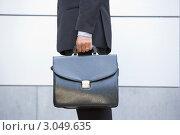 Купить «Портфель в руках делового мужчины крупным планом», фото № 3049635, снято 29 октября 2006 г. (c) Monkey Business Images / Фотобанк Лори