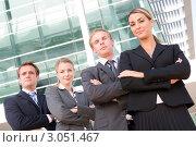 Команда бизнесменов стоит со скрещенными руками на фоне офисного здания. Стоковое фото, фотограф Monkey Business Images / Фотобанк Лори
