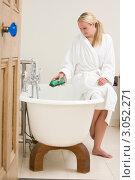 Купить «Женщина льет пену в ванну», фото № 3052271, снято 7 января 2000 г. (c) Monkey Business Images / Фотобанк Лори