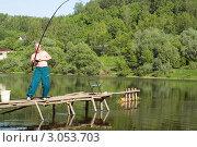 Купить «Рыбак вываживает рыбу из реки (Борьба рыбака с мощной рыбой)», эксклюзивное фото № 3053703, снято 28 мая 2007 г. (c) Игорь Низов / Фотобанк Лори