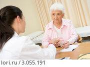 Седая пожилая женщина хмурится на приеме у врача. Стоковое фото, фотограф Monkey Business Images / Фотобанк Лори