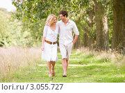 Купить «Молодая влюбленная пара гуляет по парку», фото № 3055727, снято 1 апреля 2000 г. (c) Monkey Business Images / Фотобанк Лори