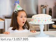 Купить «Маленькая именинница смотрит на праздничный торт», фото № 3057995, снято 19 марта 2000 г. (c) Monkey Business Images / Фотобанк Лори