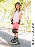 Купить «Портрет радостной девочки на роликах и в шлеме в летнем парке», фото № 3059999, снято 26 февраля 2000 г. (c) Monkey Business Images / Фотобанк Лори