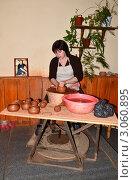 Купить «Женщина обучает гончарному делу», эксклюзивное фото № 3060895, снято 8 октября 2011 г. (c) Елена Коромыслова / Фотобанк Лори
