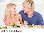 Купить «Влюбленная молодая пара обедает вместе», фото № 3061763, снято 4 февраля 2006 г. (c) Monkey Business Images / Фотобанк Лори