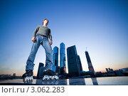Купить «Молодой парень стоит на роликовых коньках на фоне небоскрёбов», фото № 3062283, снято 20 апреля 2018 г. (c) Станислав Фридкин / Фотобанк Лори