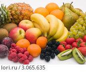 Купить «Натюрморт из свежих фруктов и ягод», фото № 3065635, снято 12 октября 2007 г. (c) Monkey Business Images / Фотобанк Лори