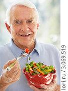 Купить «Улыбающийся пожилой мужчина ест овощной салат», фото № 3069519, снято 26 июня 2007 г. (c) Monkey Business Images / Фотобанк Лори