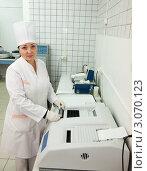 Купить «Врач проводит биохимический анализ в лаборатории», фото № 3070123, снято 5 декабря 2011 г. (c) Яков Филимонов / Фотобанк Лори
