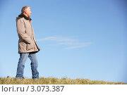 Купить «Мужчина средних лет позирует на фоне неба», фото № 3073387, снято 12 ноября 2008 г. (c) Monkey Business Images / Фотобанк Лори