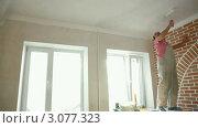 Купить «Маляр красит потолок в комнате», видеоролик № 3077323, снято 20 декабря 2011 г. (c) Владимир Никулин / Фотобанк Лори