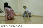Купить «Танцовщицы отрабатывают движения современного танца», видеоролик № 3077543, снято 19 декабря 2011 г. (c) Владимир Никулин / Фотобанк Лори