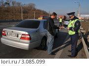 Купить «Инспектор ДПС проверяет документы у таксиста», эксклюзивное фото № 3085099, снято 14 октября 2011 г. (c) Free Wind / Фотобанк Лори
