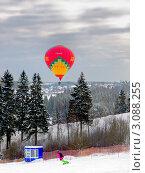 Купить «Сноубордер на трассе и воздушный шар в небе, Сорочаны, Подмосковье», фото № 3088255, снято 26 июня 2019 г. (c) Fro / Фотобанк Лори