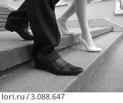 Шаги мужчины и женщины по лестнице. Стоковое фото, фотограф Елена Стрильчук / Фотобанк Лори