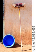 Купить «Швабра и тазик около стены дома», фото № 3089459, снято 11 декабря 2017 г. (c) Олег Селезнев / Фотобанк Лори