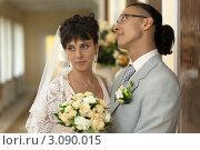 Купить «Жених и невеста с букетом», фото № 3090015, снято 5 июля 2011 г. (c) Антон Балаж / Фотобанк Лори