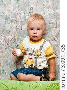 Купить «Маленький мальчик кушает зефир», эксклюзивное фото № 3091735, снято 23 августа 2011 г. (c) Игорь Низов / Фотобанк Лори