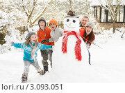 Купить «Веселая семья возле снеговика в зимнем саду», фото № 3093051, снято 30 мая 2000 г. (c) Monkey Business Images / Фотобанк Лори