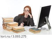 Купить «Девушка сидит перед монитором и работает с книгами», фото № 3093275, снято 17 декабря 2011 г. (c) Михаил Иванов / Фотобанк Лори