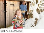 Купить «Отец с дочерью носят дрова из сарая», фото № 3093563, снято 4 июня 2000 г. (c) Monkey Business Images / Фотобанк Лори