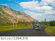 Купить «Автомобиль на дороге ведущей к горам, Алтай», фото № 3094319, снято 28 июля 2011 г. (c) Михаил Павлов / Фотобанк Лори