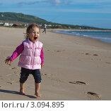 Счастливый ребенок. Испания, пляж Болония. Стоковое фото, фотограф Юрий Гринфельд / Фотобанк Лори