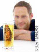 Купить «Мужчина глядит на стакан пива», фото № 3095659, снято 19 января 2009 г. (c) Monkey Business Images / Фотобанк Лори