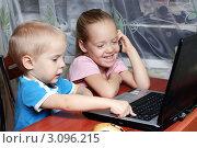 Мальчик и девочка сидят за ноутбуком (2011 год). Редакционное фото, фотограф Елена Сикорская / Фотобанк Лори