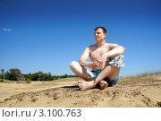 Молодой мужчина сидит на песке. Стоковое фото, фотограф Хромушин Тарас / Фотобанк Лори