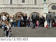 Купить «В Париже. Монмартр. На ступенях базилики Сакре-Кёр», эксклюзивное фото № 3101431, снято 10 мая 2010 г. (c) Александр Алексеев / Фотобанк Лори