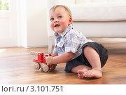 Купить «Маленький мальчик сидит на полу и играет с деревянной машинкой», фото № 3101751, снято 19 июля 2010 г. (c) Monkey Business Images / Фотобанк Лори