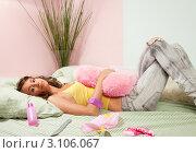 Купить «Девушка в джинсах и жёлтой майке лежит на постели», фото № 3106067, снято 11 сентября 2011 г. (c) Сергей Новиков / Фотобанк Лори