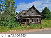 Купить «Старый разрушенный дом у дороги», эксклюзивное фото № 3106763, снято 30 июля 2011 г. (c) Елена Коромыслова / Фотобанк Лори