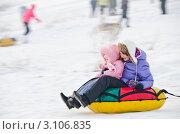 Купить «Молодая мама с дочкой катится с горки на надувном круге», эксклюзивное фото № 3106835, снято 3 января 2012 г. (c) Михаил Павлов / Фотобанк Лори