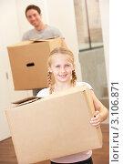 Купить «Девочка и улыбающийся отец с большими картонными коробками готовятся к переезду», фото № 3106871, снято 11 ноября 2010 г. (c) Monkey Business Images / Фотобанк Лори