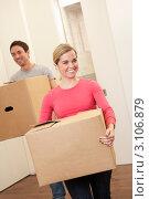 Купить «Семейная пара несет большие картонные коробки, женщина впереди, мужчина следом», фото № 3106879, снято 11 ноября 2010 г. (c) Monkey Business Images / Фотобанк Лори