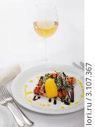 Салат с тигровыми креветками и стакан белого вина. Стоковое фото, фотограф Сергей Павлов / Фотобанк Лори
