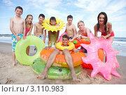 Купить «Группа подростков  на пляже с надувными приспособлениями для плавания», фото № 3110983, снято 25 августа 2010 г. (c) Monkey Business Images / Фотобанк Лори