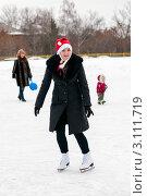 Купить «Женщина  средних лет катается на коньках в новогодней шапке», эксклюзивное фото № 3111719, снято 2 января 2012 г. (c) Игорь Низов / Фотобанк Лори