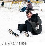 Купить «Женщина брюнетка средних лет упала на коньках», эксклюзивное фото № 3111859, снято 2 января 2012 г. (c) Игорь Низов / Фотобанк Лори