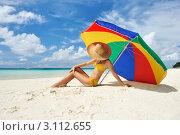 Молодая девушка в шляпе на берегу моря. Стоковое фото, фотограф Николай Охитин / Фотобанк Лори